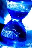 Hourglass na cor azul fotos de stock