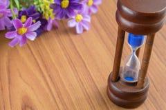 Hourglass na drewnianym tle Zdjęcie Stock
