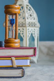 Hourglass na książce obraz stock