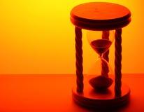 Hourglass na luz do ouro foto de stock