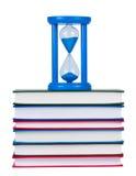 Hourglass na pilha dos livros isolados. fotos de stock royalty free