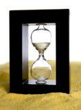 Hourglass na praia imagem de stock royalty free
