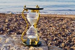 Hourglass na praia marinha foto de stock