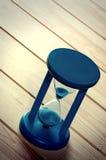 Hourglass na superfície de madeira. foto de stock