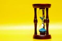 Hourglass no amarelo imagem de stock royalty free