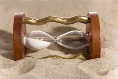 Hourglass no bacground da areia fotografia de stock royalty free
