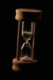 Hourglass no fundo escuro fotografia de stock