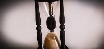 Hourglass no fundo escuro O conceito do tempo fotografia de stock