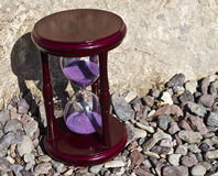 Hourglass no fundo rochoso fotos de stock