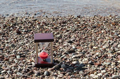 Hourglass no fundo rochoso fotografia de stock royalty free