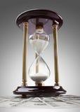 Hourglass nos dólares EUA isolados no branco fotos de stock