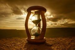 Hourglass omijanie czasu upływu chmury Hourglass przed jaskrawym niebieskim niebem z bufiastym bielem chmurnieje omijanie tła poj Fotografia Royalty Free