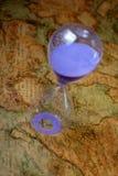 Hourglass, sandglass, piaska zegar, piaska zegar na starego skarbu światowej mapie Obrazy Stock