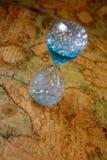 Hourglass, soupglass, zegar, polewka zegar na starego skarbu światowej mapie Obraz Royalty Free