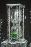 Hourglass submerso na água fotografia de stock