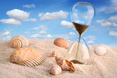 Hourglass in versanden mit Himmel Lizenzfreie Stockfotografie