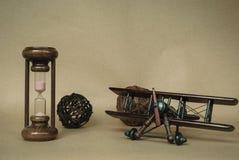 Hourglass z retro airplaplane Obrazy Royalty Free