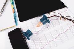 hourglass Zakenman die in het bureau op de achtergrond werken De tijd van het concept is geld Stock Afbeeldingen