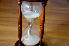 Hourglass, zegar przed drewnianym tłem z kopii przestrzenią Obraz Royalty Free