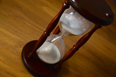 Hourglass, zegar przed drewnianym tłem z kopii przestrzenią zbliżenie Fotografia Stock