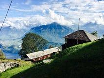 Hous i alpina berg Arkivfoto