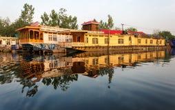 Housboat Dal sjö, Srinagar royaltyfria foton
