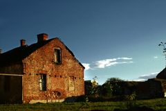 House Alone. A beautiful complementer color contrast between the house and the sky Stock Photo