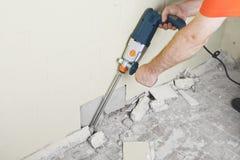 House-builder che lavora con un perforatore Fotografie Stock Libere da Diritti