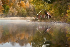 Free House By The Lake Royalty Free Stock Photography - 35704367
