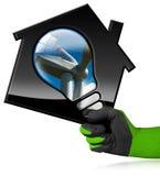 House di modello con il generatore eolico e la lampadina Fotografia Stock Libera da Diritti