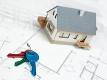 House di modello e chiavi sui piani architettonici superiori - immagine di riserva Immagini Stock Libere da Diritti