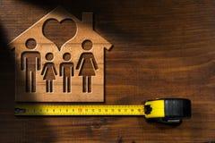 House modèle avec la famille et le coeur Photos stock