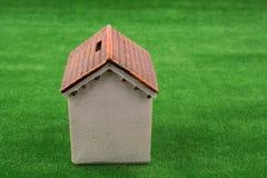 House modèle dans la fausse herbe photo stock