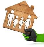 House modèle en bois avec une famille Image stock