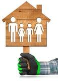 House modèle en bois avec une famille Photographie stock libre de droits