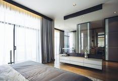 House modèle moderne italien : Chambre à coucher grise et blanche de modèle de couleurs Photos stock