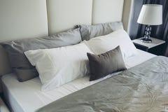 House modèle moderne italien : Chambre à coucher grise et blanche de modèle de couleurs Photo stock