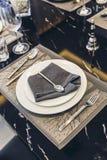 House modèle moderne italien : Plat blanc et serviette bleue avec l'ensemble de Dinning de cuillère d'argent et de fourchette Image libre de droits