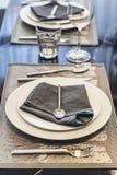 House modèle moderne italien : Plat blanc et serviette bleue avec l'ensemble de Dinning de cuillère d'argent et de fourchette Photographie stock libre de droits