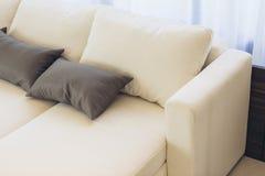 House modèle moderne italien : Tissu blanc Sofa Detail Photos stock
