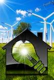 House modelo com ampola e turbinas eólicas Fotos de Stock Royalty Free