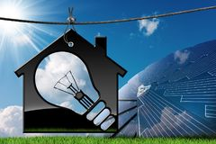 House modelo com painel solar e a ampola Fotos de Stock