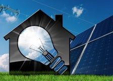House modelo con la bombilla y los paneles solares Imágenes de archivo libres de regalías