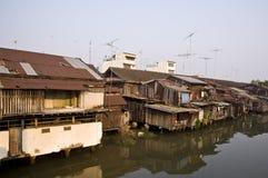 house nära den gammala floden Royaltyfri Bild