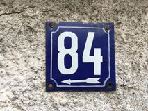 House number 84 with white arrow Stock Photos