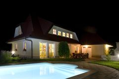 House and pool at night Royalty Free Stock Photography