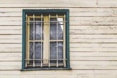 house träfönster Fotografering för Bildbyråer