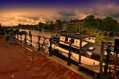 Houseboat και ποδήλατα στο Άμστερνταμ Στοκ εικόνα με δικαίωμα ελεύθερης χρήσης