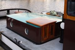 Houseboat σε ένα κανάλι στην Ολλανδία Στοκ Φωτογραφία