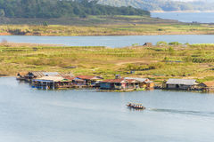 Houseboat χωριό σε Sangkhlaburi, Kanchanaburi Στοκ Φωτογραφία